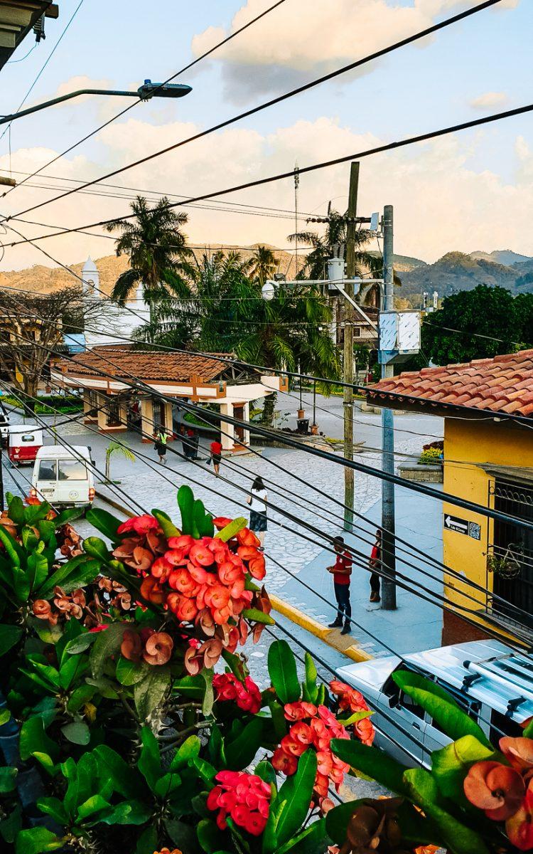 uitzicht op de plaza central in Copan Honduras