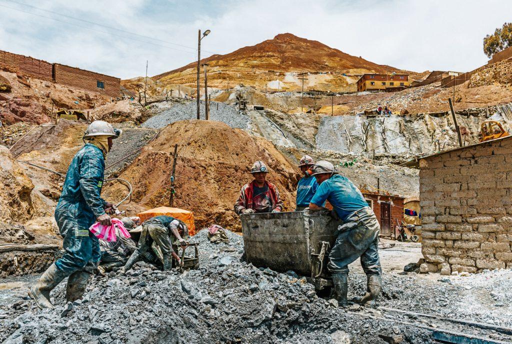 mijwerkers aan het werk in de Potosi mijnen