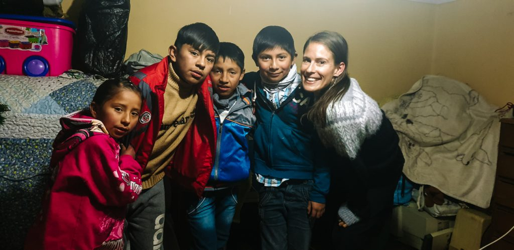 Deborah op bezoek bij kinderen van mijnwerkersfamilie