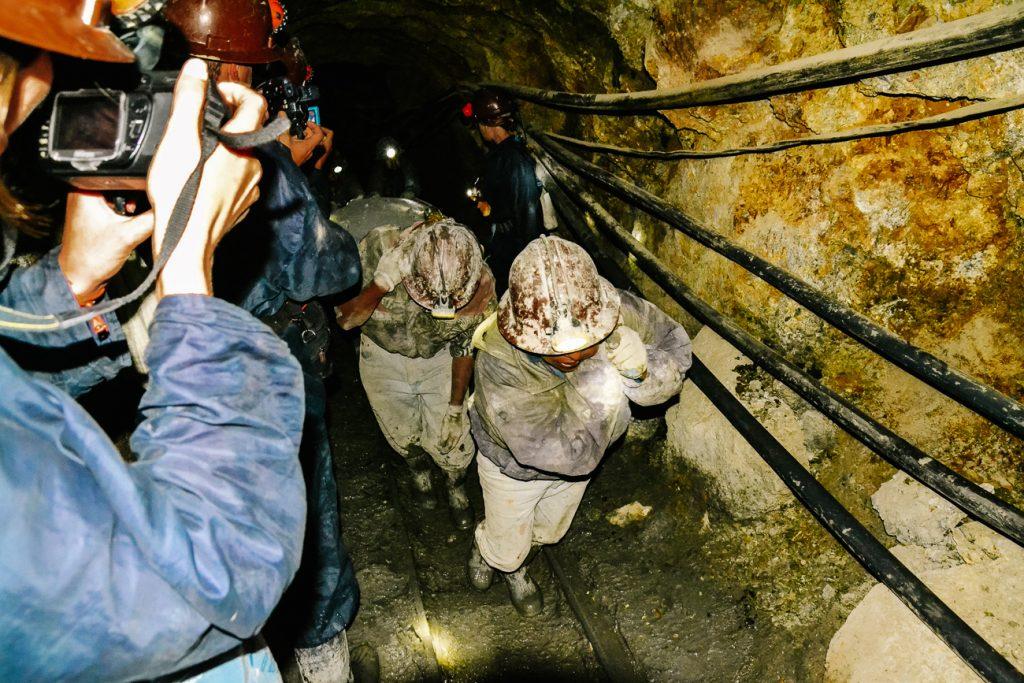 mijnwerkers aan het werk in de Potosi mijnen