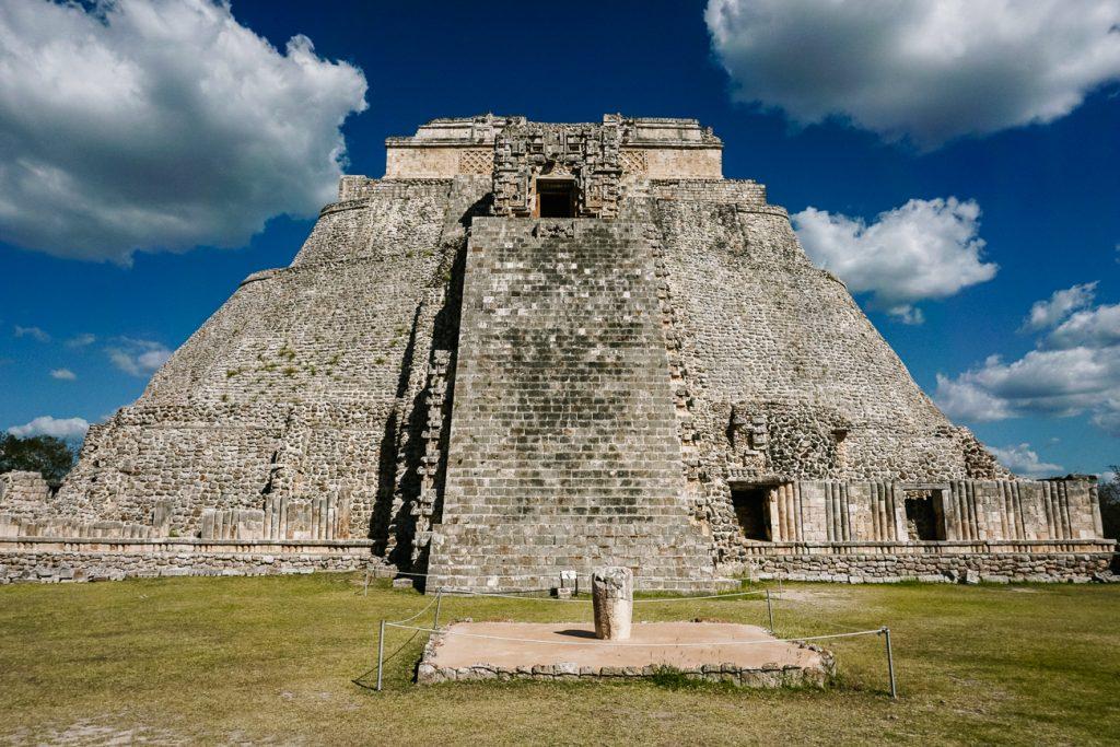 piramide van de tovenaar, in Uxmal, een van de bekende maya tempels in Mexico