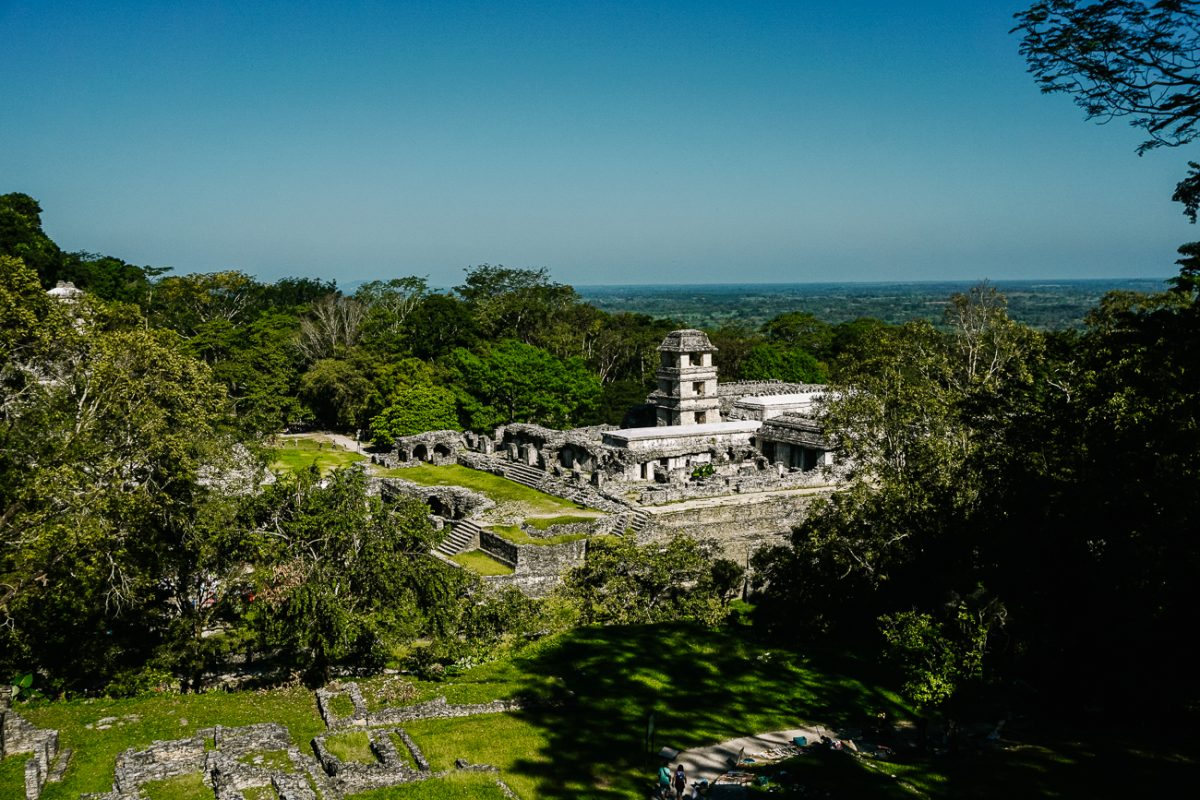uitzicht op maya tempels in palenque Mexico, Maya tempels en ruines in Palenque Mexico