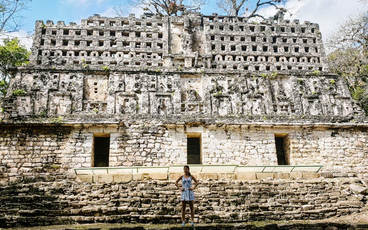 Deborah voor het Palacio del Rey in Yaxchilan, een Maya archeologische aan de usumascinta rivier