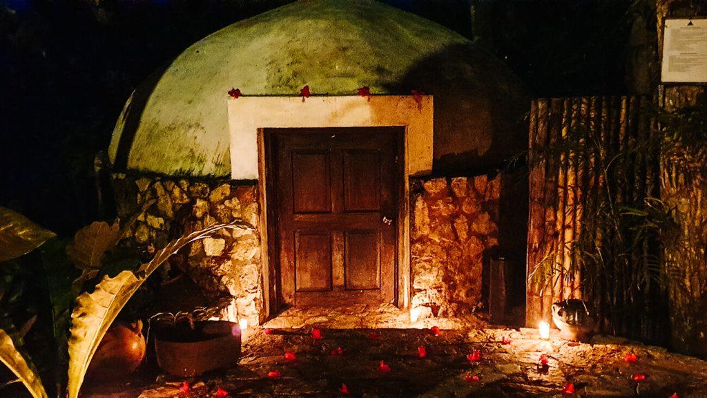 een traditionale temazcal in het La Lancha by Coppola resort in Guatemala