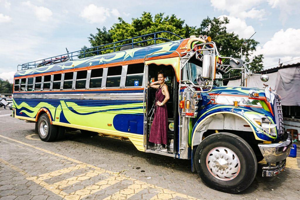 een foto maken met lokale bussen is een van de leukste dingen om te doen in Antigua - Leer hier alle tips