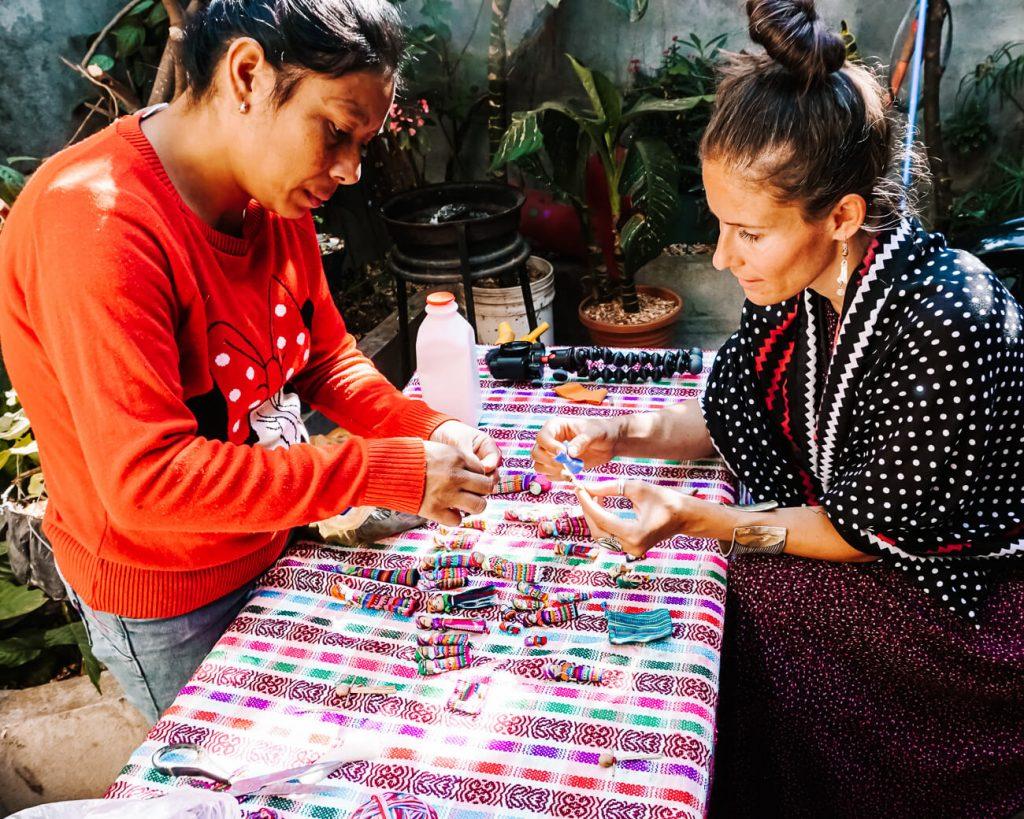 vrouwen tijdens workshop worry dolls maken in Guatemala