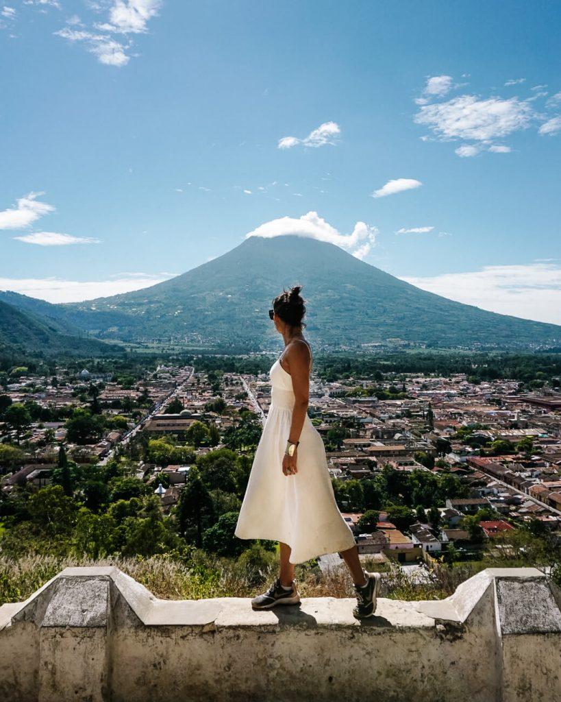 vrouw voor uitzichtpunt over Antigua Guatemala, een van de beste dingen om te doen.