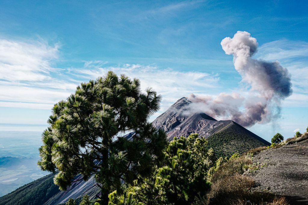 uitzicht op de actieve Fuego vulkaan, als je de Acatenango vulkaan gaat beklimmen