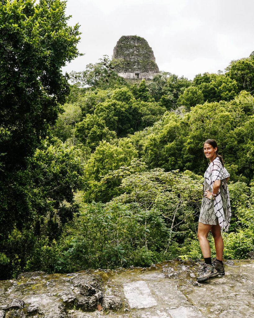 vrouw voor piramide in Tikal National Park in Guatemala
