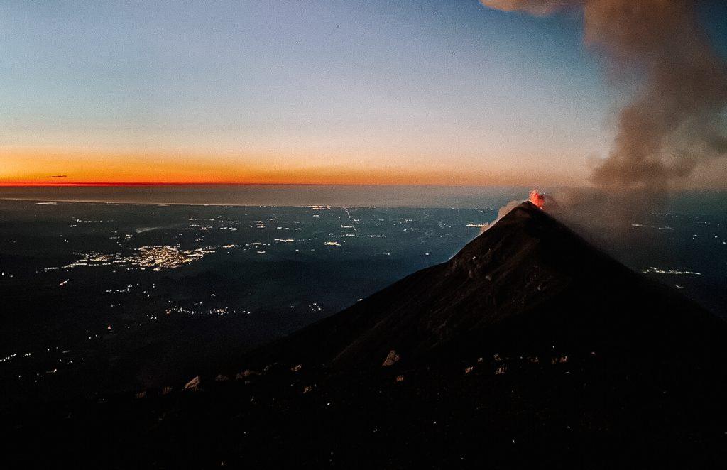 uitzicht tijdens sunrise op de actieve Fuego vulkaan