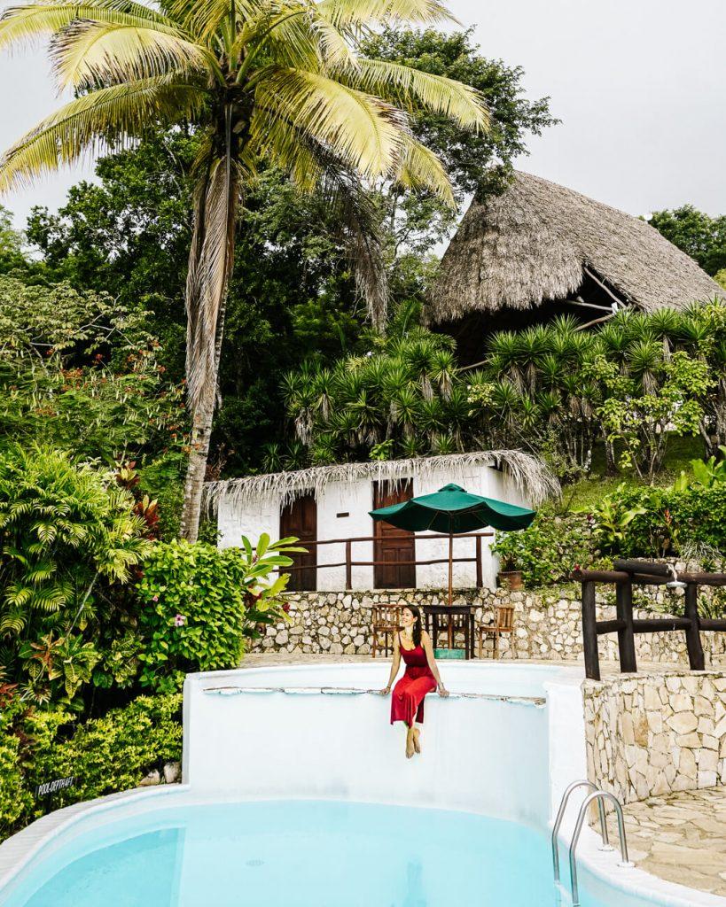 vrouw bij zwembad van La Lancha by Coppola in Guatemala