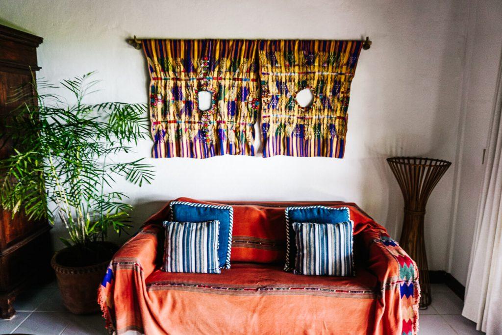 huiskamer van het La Lancha resort in Guatemala