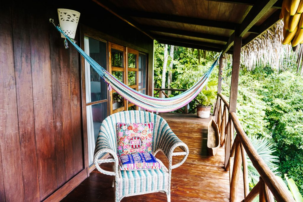 terras van het La Lancha resort in Guatemala