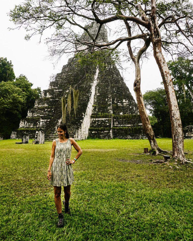 vrouw voor piramide van Tikal National Park