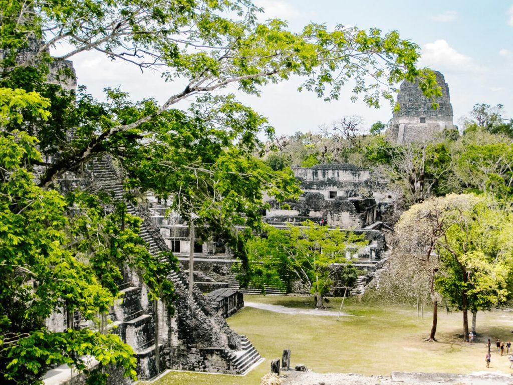 Tikal plaza central