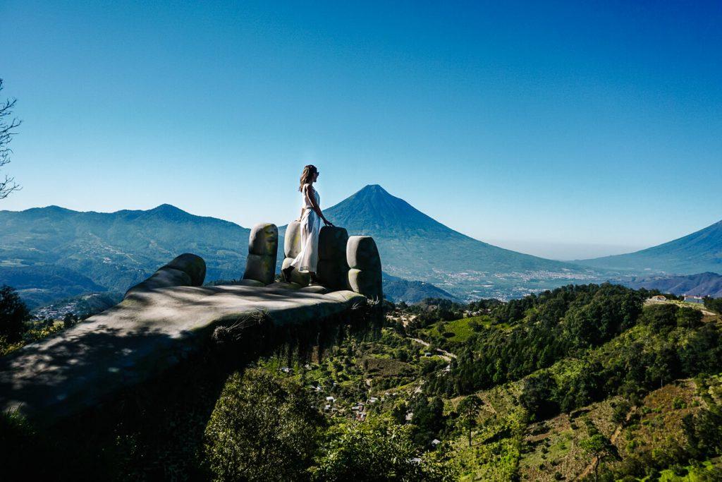 vrouw kijkt vanuit op Hobbithand naar uitzicht op de omgeving van Antigua