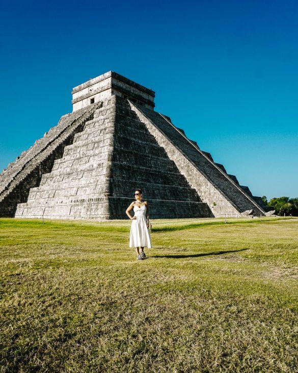 Deborah voor de Maya tempel van Cuculkan in Chichen Itza Mexico