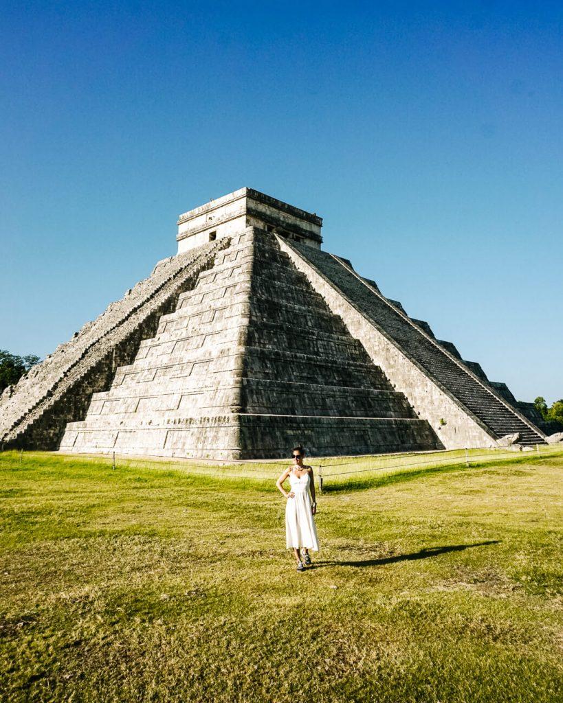 Deborah voor de Maya tempel van Cuculkan in Chichen Itza, een van de hoogtepunten tijdens een rondreis door Mexico