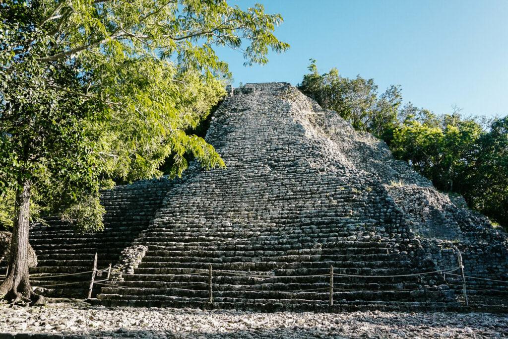 piramide in archeologische vindplaats en voormalige Maya stad Coba