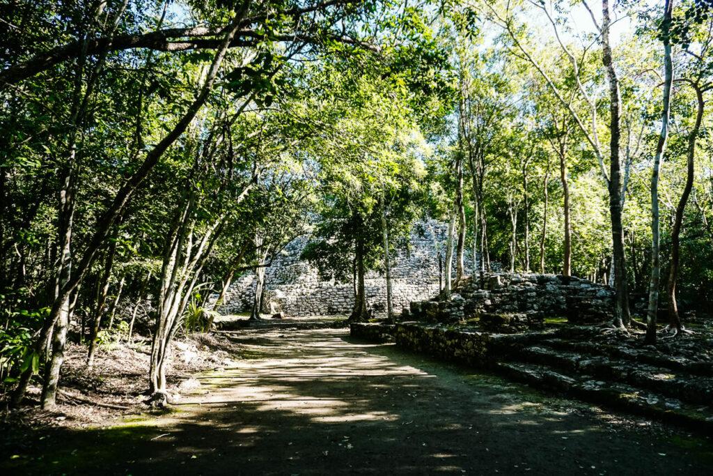 ruines op archeologische vindplaats en voormalige Maya stad Coba