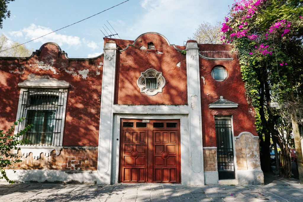 gekleurde gebouwen in de wiijk coayacan in mexico stad