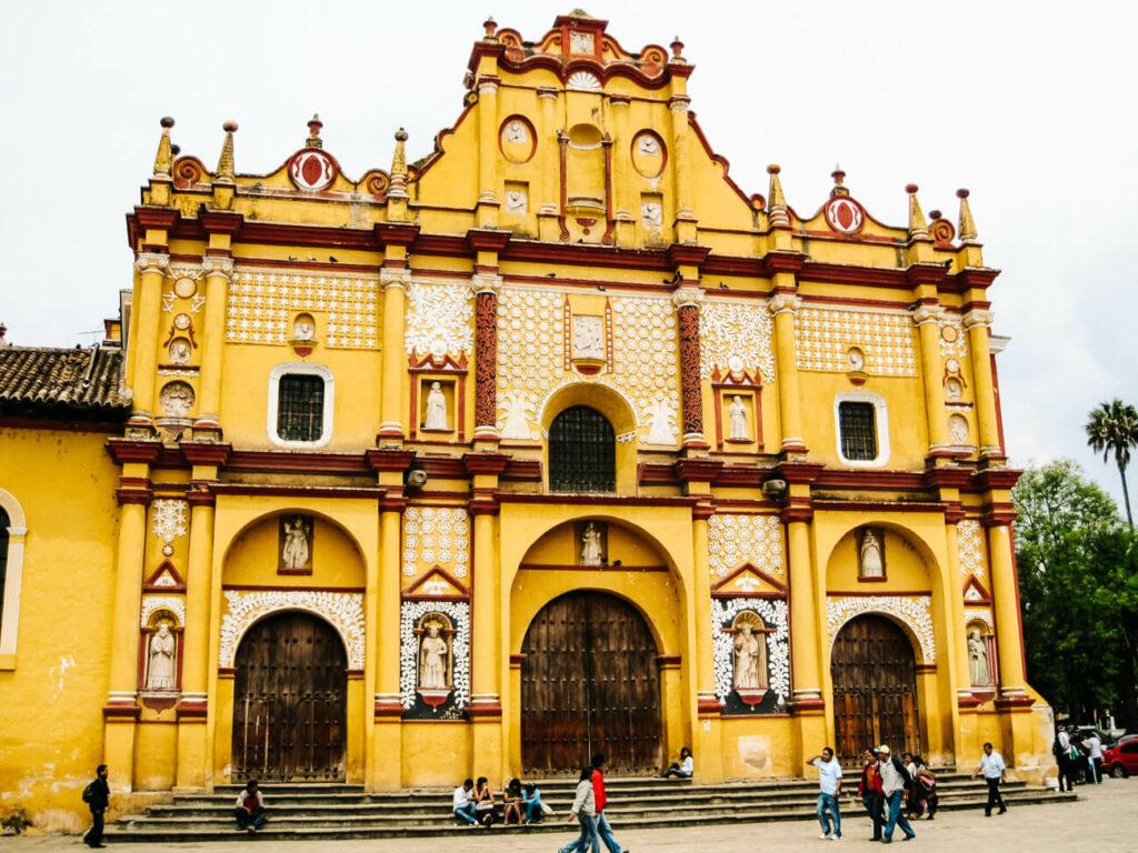 gele kerk in San cristobal de las casas, bergdorpje in Chiapas Mexico