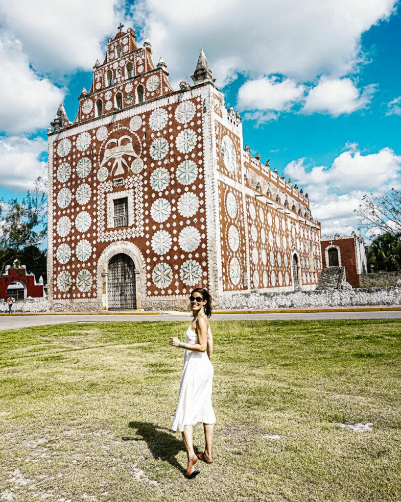 Deborah voor autenthiek kerkje in Uayma Mexicco