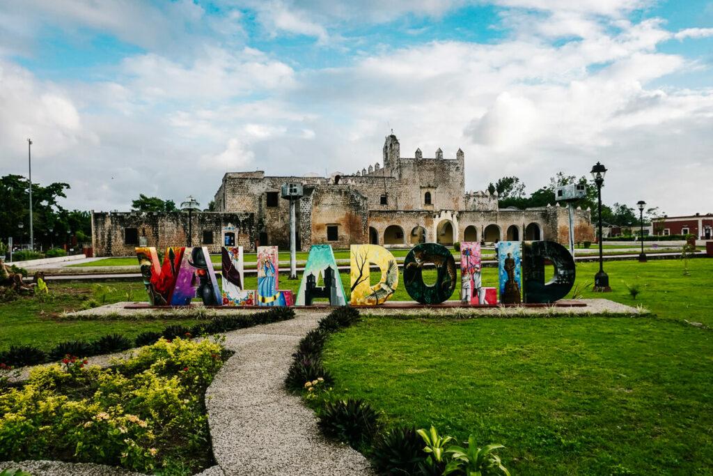 Valladolid bord in Mexico bij klooster