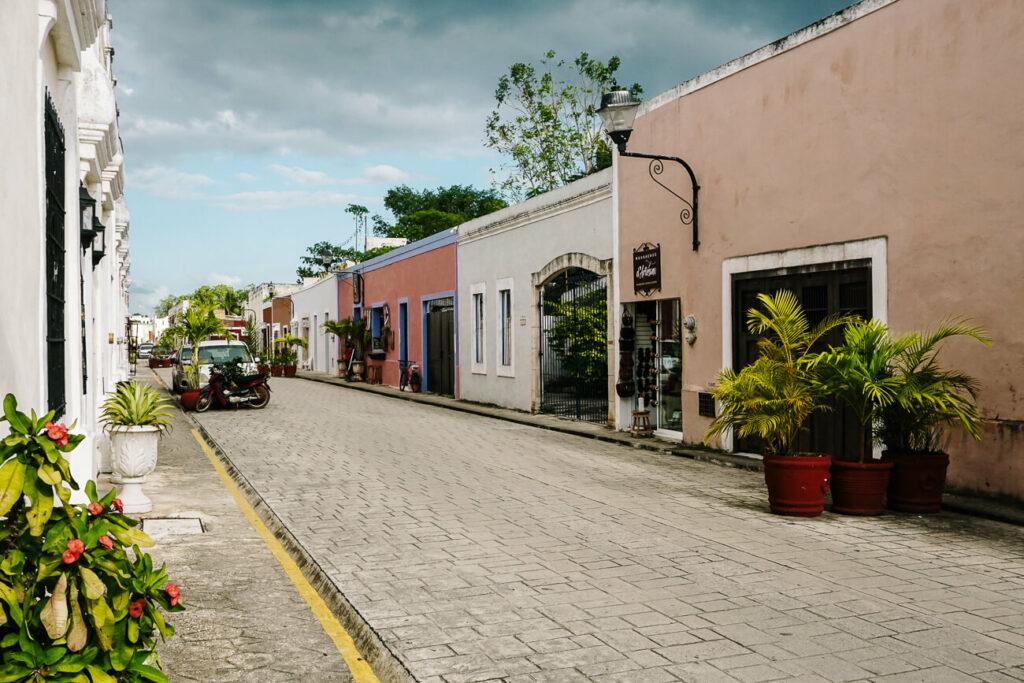 Calle de los frailes in Valladolid in Mexico, een van de mooiste straten