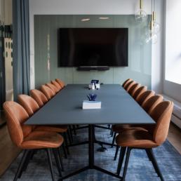 Paustian Spinal Table designet af Paul Leroy, Gardiner i Kvadrat tekstil, Tæppe fra Ege, Beetle Chair fra Gubi, Pendler fra Konsthantverks