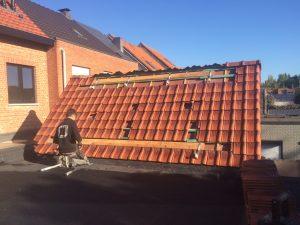 aanleg zonnepanelen op het dak. Op deze foto zie je hoe we een zonneboiler installeren. We starten met het bevestigen van de bevestigingsbeugels op het dak om er vervolgens de zonnepanelen aan te bevestigen.