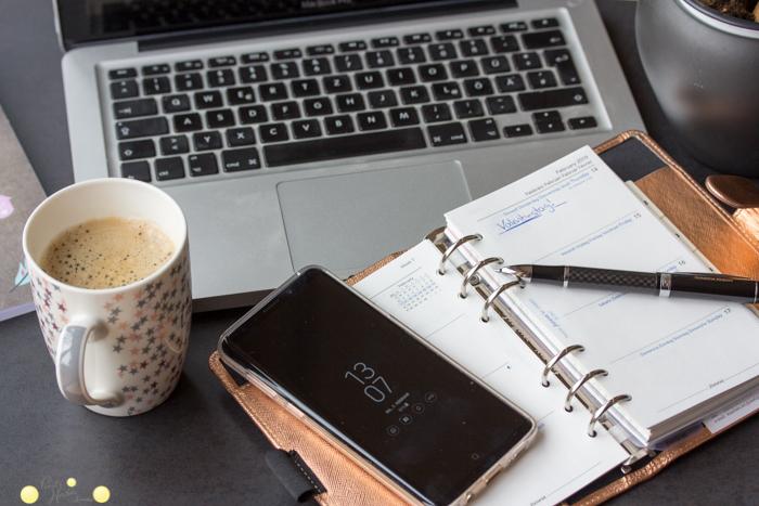 Foto arbeiten im Homeoffice bei Pearl's Harbor Blog mit Laptop, Kaffeetasse, Filofax und Handy in Roséegold.