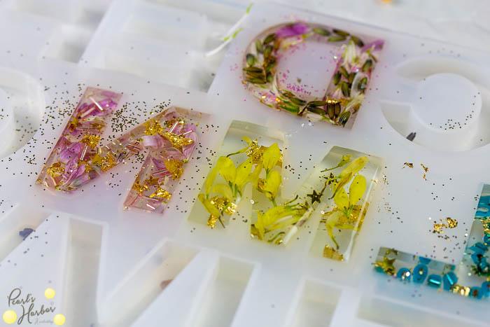 Blüten in Epoxidharz eingegossen