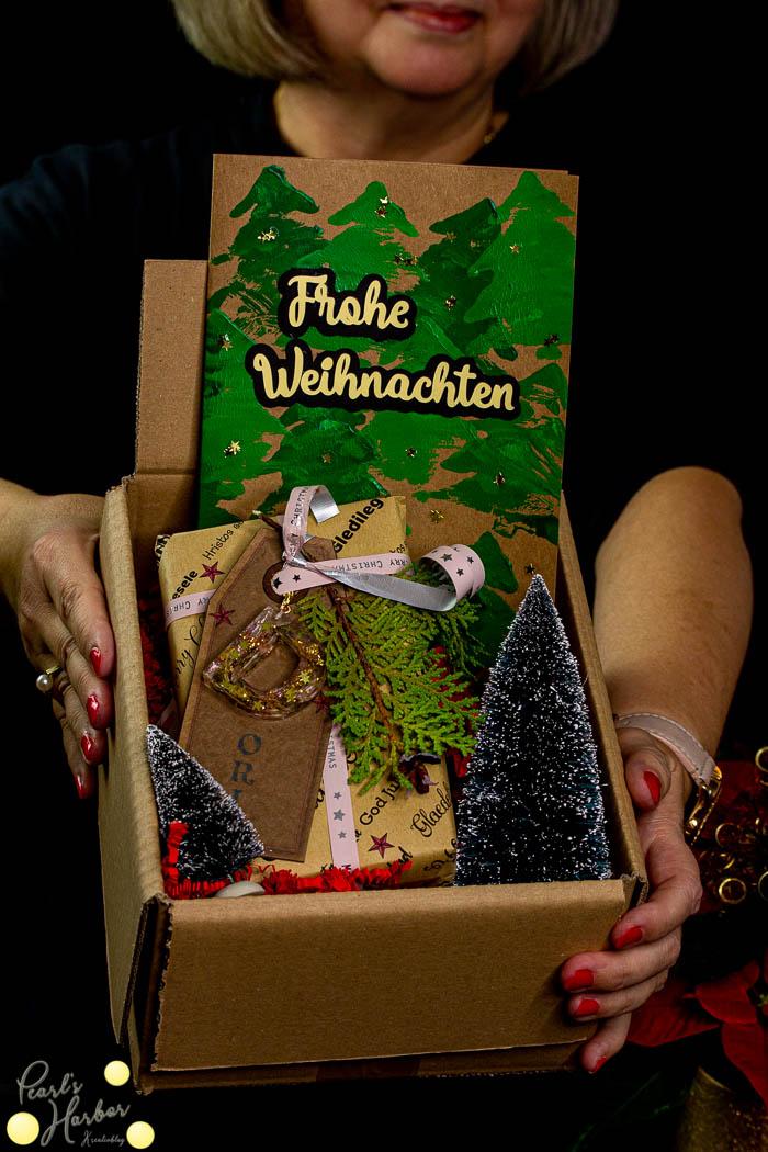 Geschenk mit selbstgerechter Weihnachtskarte