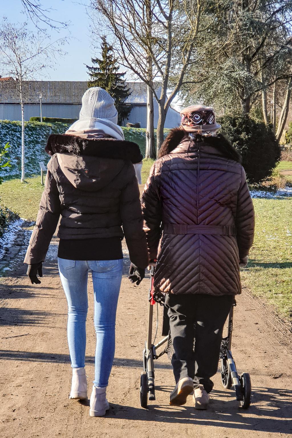 Mutter und Enkelin beim Spaziergang