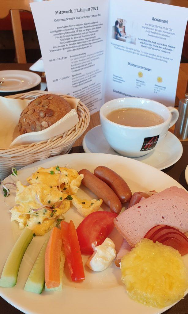 Abnehmen im Urlaub. Leckeres Frühstück mit Rührei und Wurst. Viel Eiweiß, wenig Kohlenhydrate