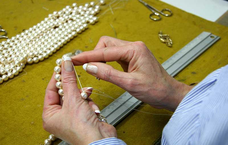 Detalle de PerlArt Majorca Pearls Factory proceso de anudado