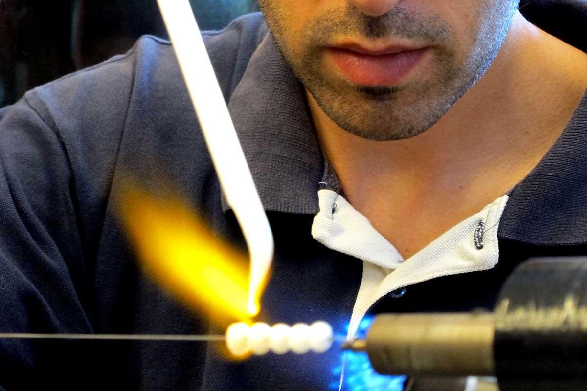 Artesano trabajando el núcleo en nuestra Pearl Factory