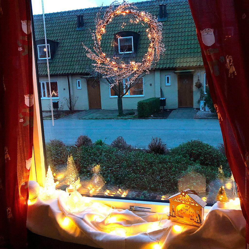 Fönster med julpynt