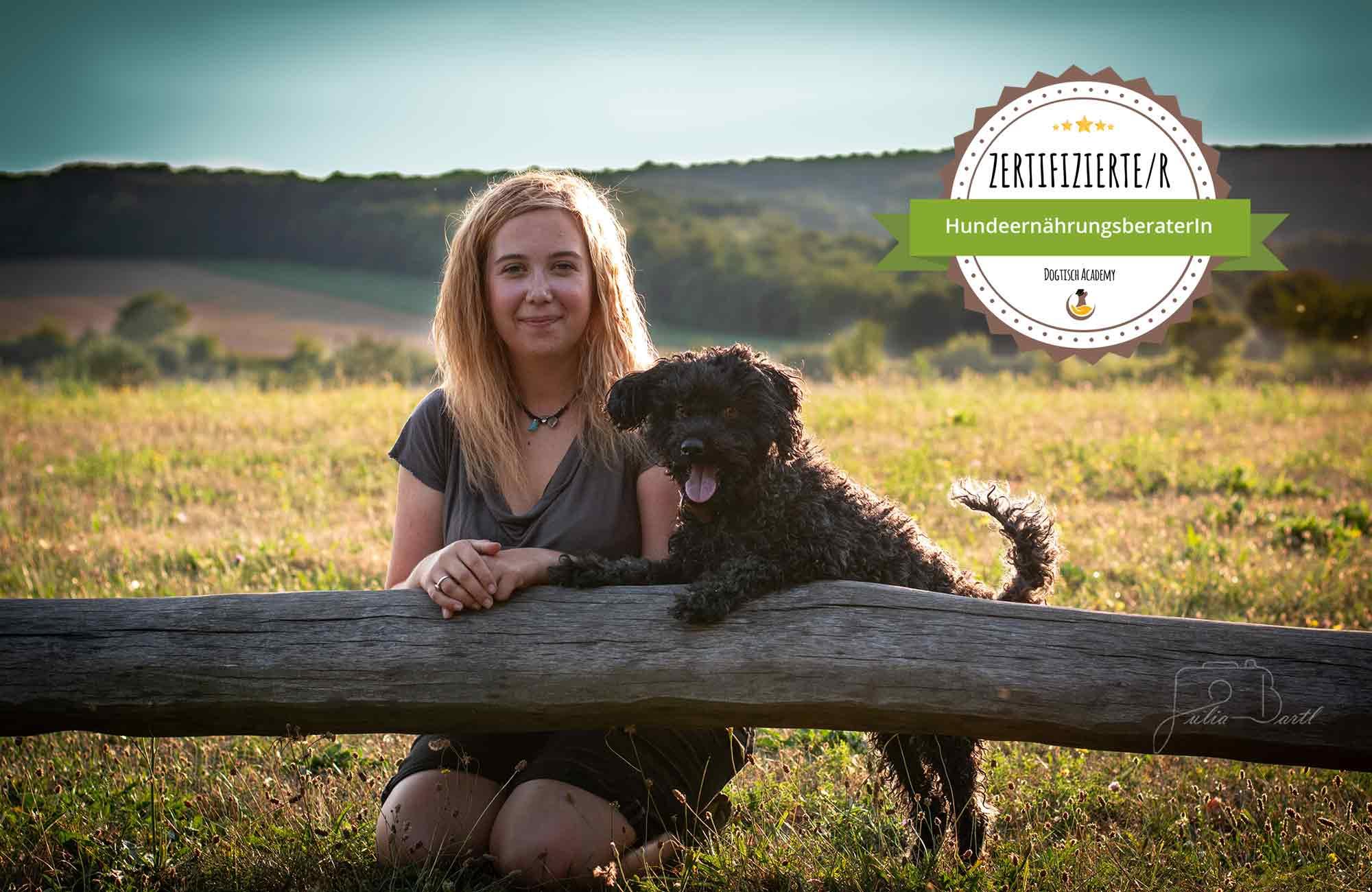 Tamara Lex mit Hund und Zertifikat Ernährungsberatung