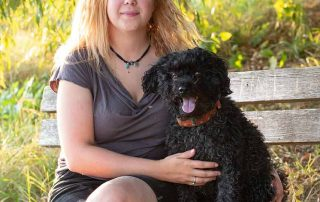 Tamara Lex mit ihrer Hündin auf einer Bank