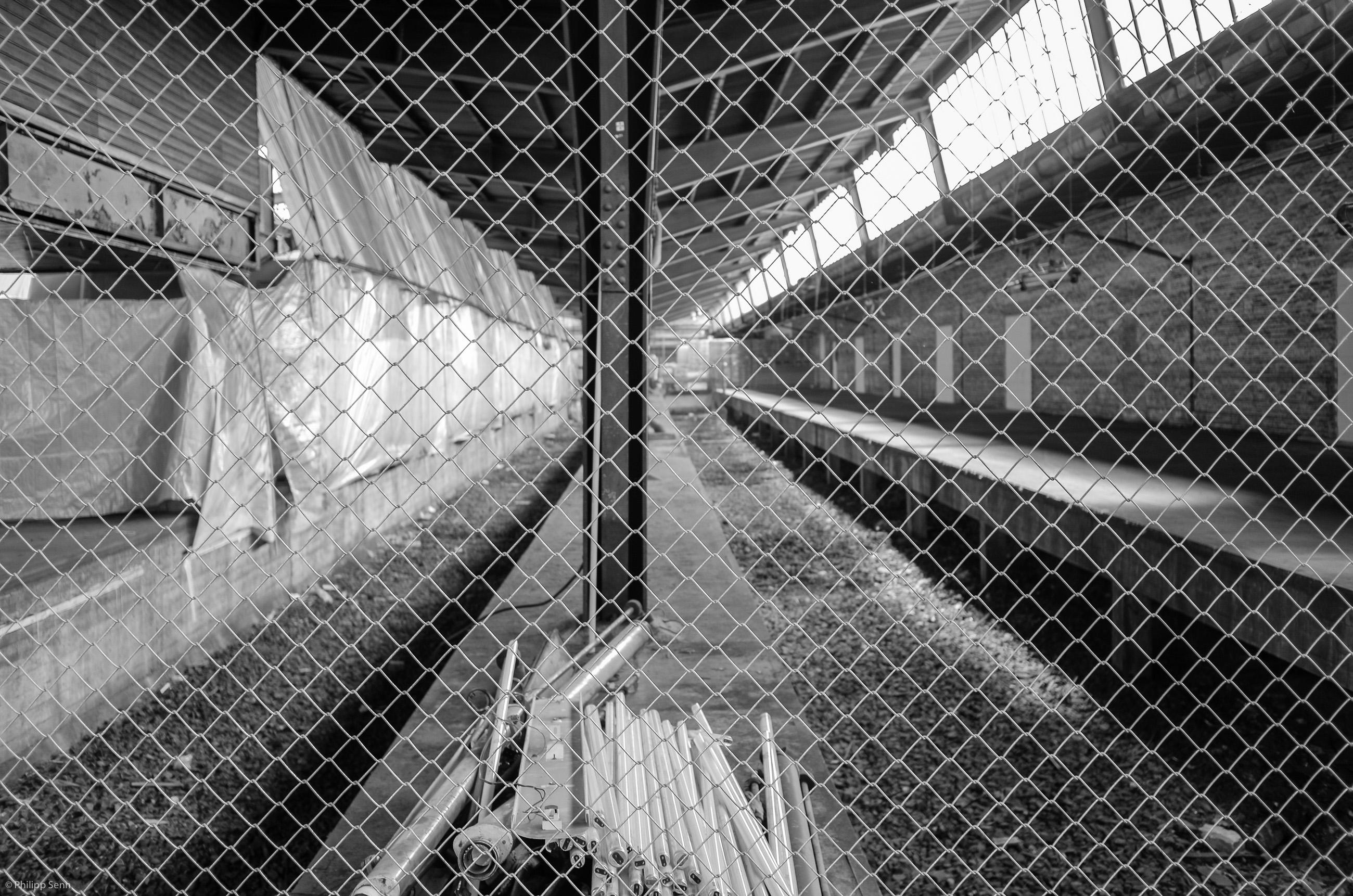 documenta alte neon roehren hinter gitterzaun