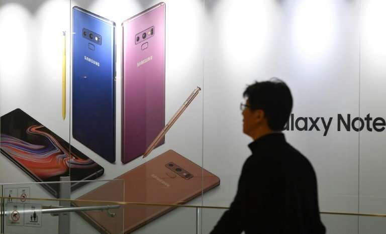 Samsung kept the top spot in the global smartphone market which saw a fourth consecutive sales decline, according to research fi