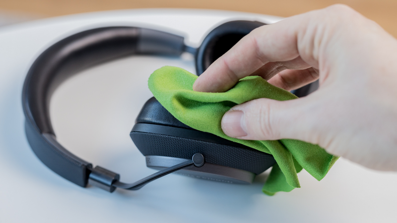 How to clean headphones: Cleaning the pads