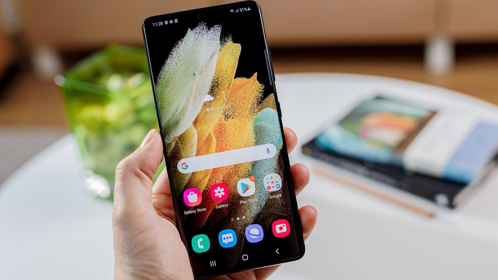 Samsung Galaxy S21 Ultra front handheld