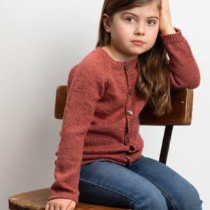Strikkeopskrift til børn - Pigecardigan med snoninger - ONION