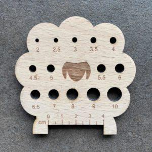 Strikkepindemåler - formet som et får - lavet i træ