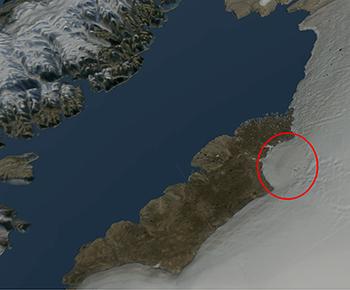Hiawatha meteorkrateret er 31 km i diameter og har en tydelig kraterring samt en central dome, som er typisk for store meteorkratere. Beregninger viser, at der skal en ca. 1 km stor jernmeteorit til for at lave et krater med disse dimensioner. Da meteoritten ramte Nordvestgrønland, lavede den et 7 km dybt hul i jordskorpen, og i minutterne efter nedslaget kollapsede det dybe krater, og derefter opstod det krater, vi ser i dag i landskabet. Tekst og foto: Statens Naturhistoriske Museum.