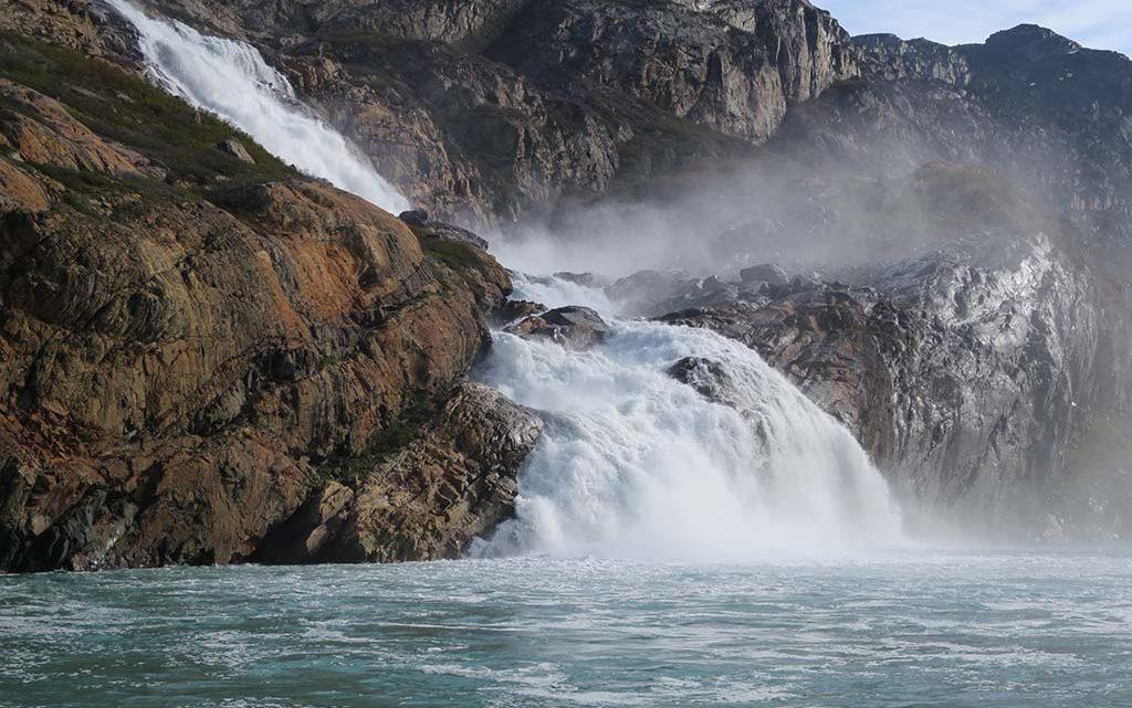 Vandkraftpotentialet stiger ikke nødvendigvis voldsomt med de øgede vandmængder. Fox vandfaldet i Arsukfjorden, Sydgrønland (foto: Andreas Ahlstrøm, GEUS).