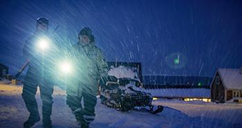 Jagtbetjent Erling Madsen og Kaare Winther Hansen fra WWF på isbjørnepatrulje i Ittoqqortoormiit, Østgrønland (©James Morgan/WWF-UK).